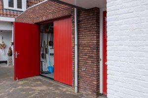 houten-openslaande-garagedeur-verticale-belijning