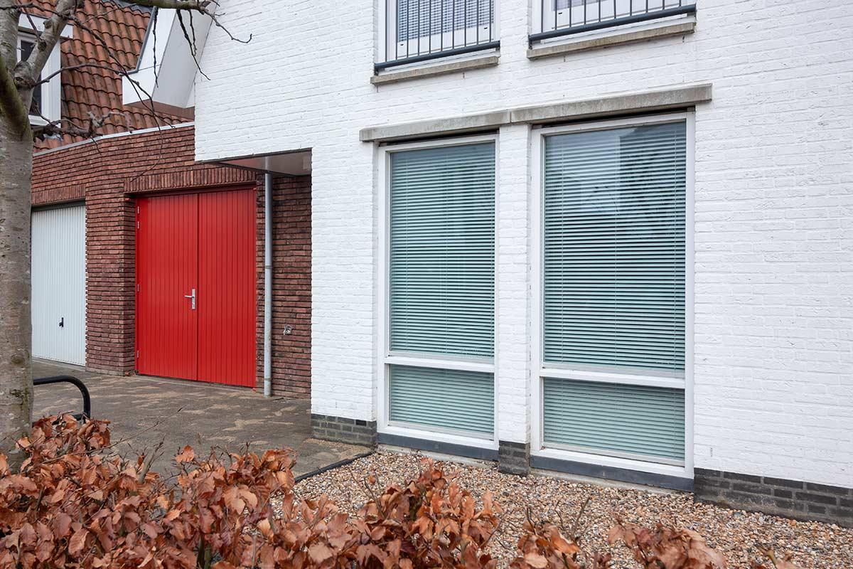 houten-openslaande-garagedeur-rood-geïsoleerd1
