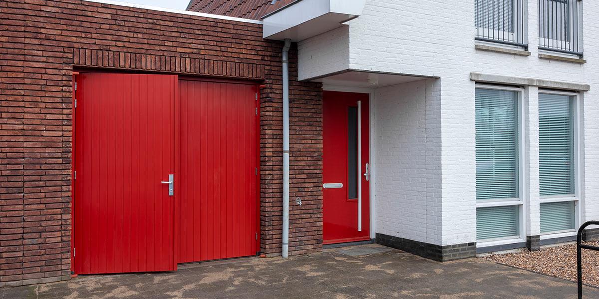 Houten-openslaande-garagedeur-moderne-woning1