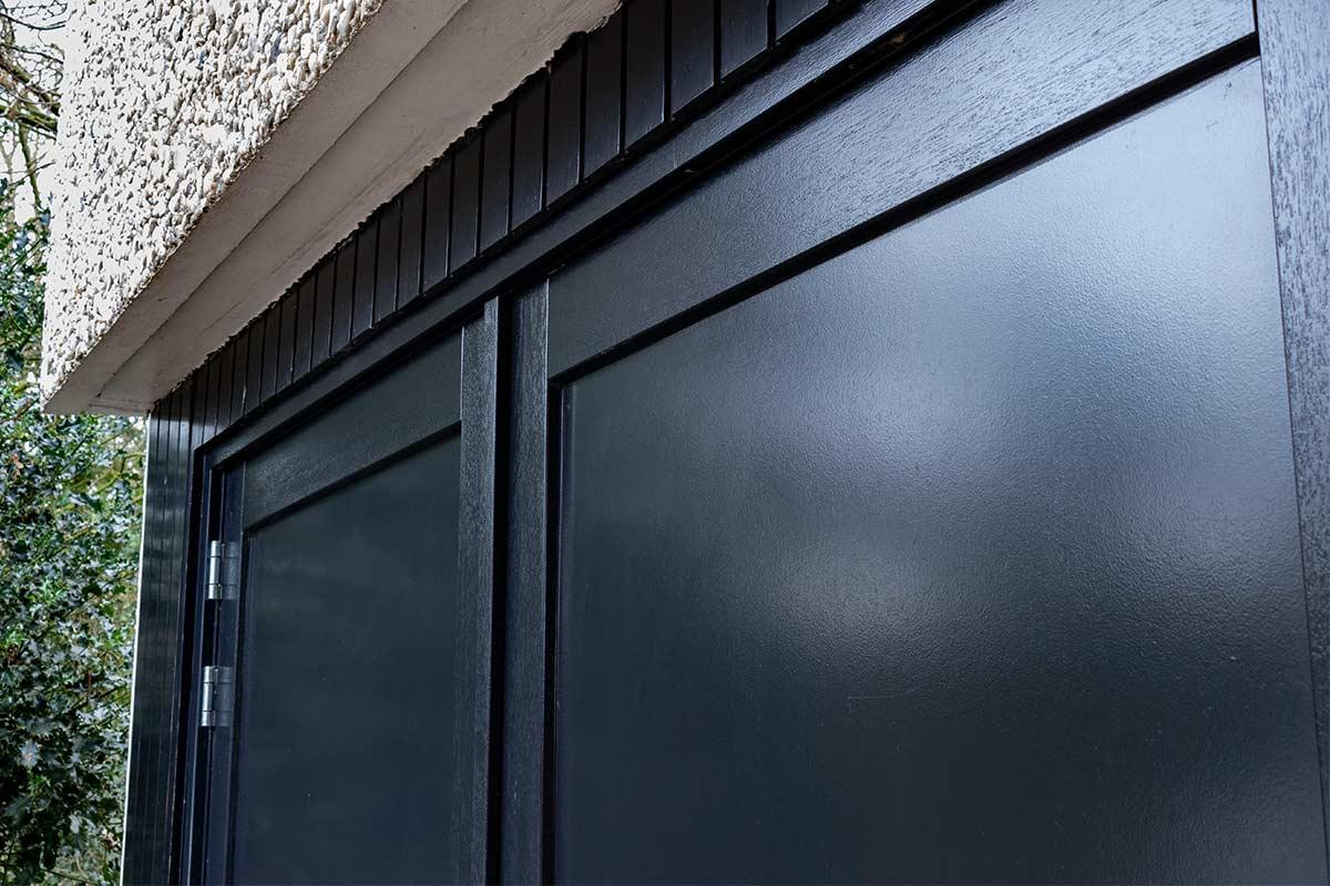 zwarte-houten-garagedeur-openslaand