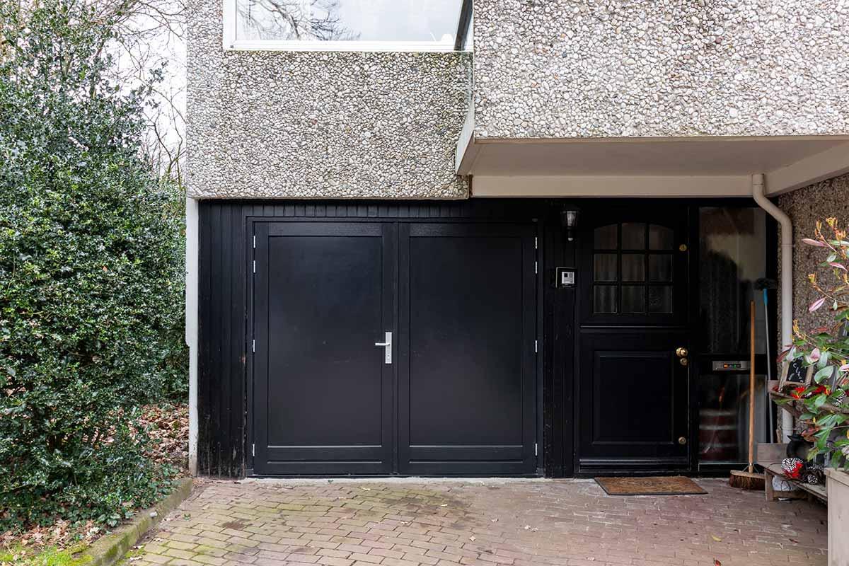 dubbele-houten-garagedeur-zwart