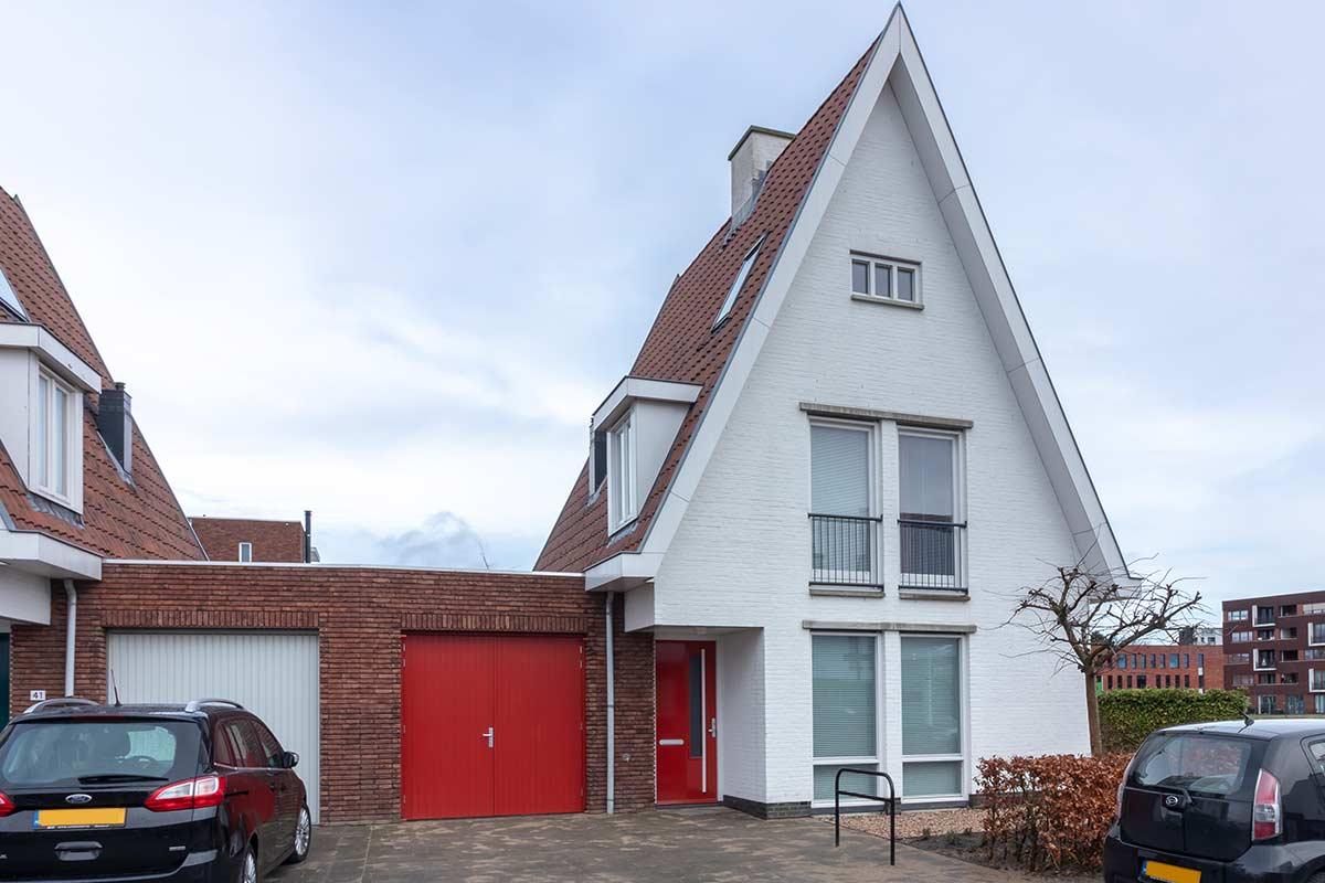 Houten-openslaande-garagedeur-moderne-woning-32
