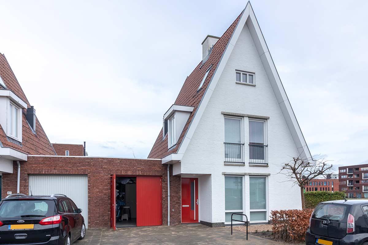 Houten-openslaande-garagedeur-moderne-woning-42