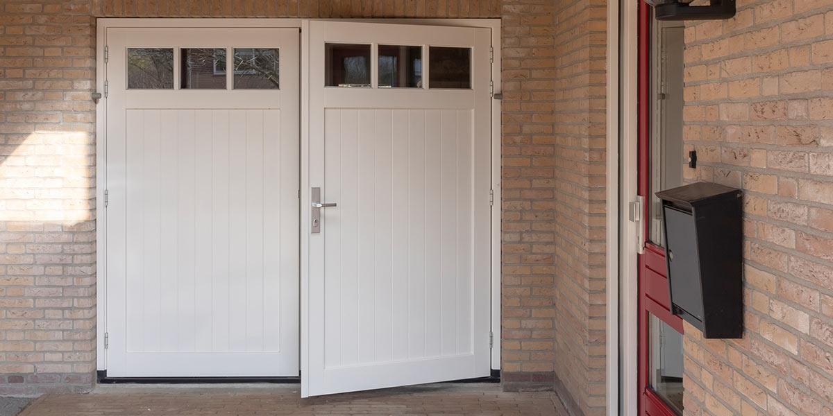 witte-houten-openslaande-garagedeur-met-glas