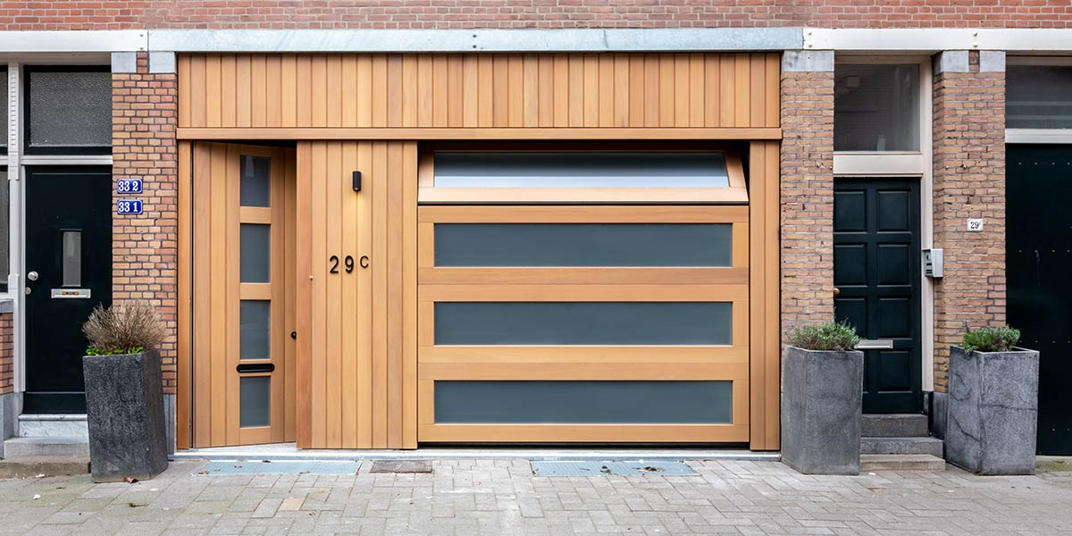 https://garagedeuren.s3.amazonaws.com/20190328170858/houten-garagedeur-met-melkglas.jpg