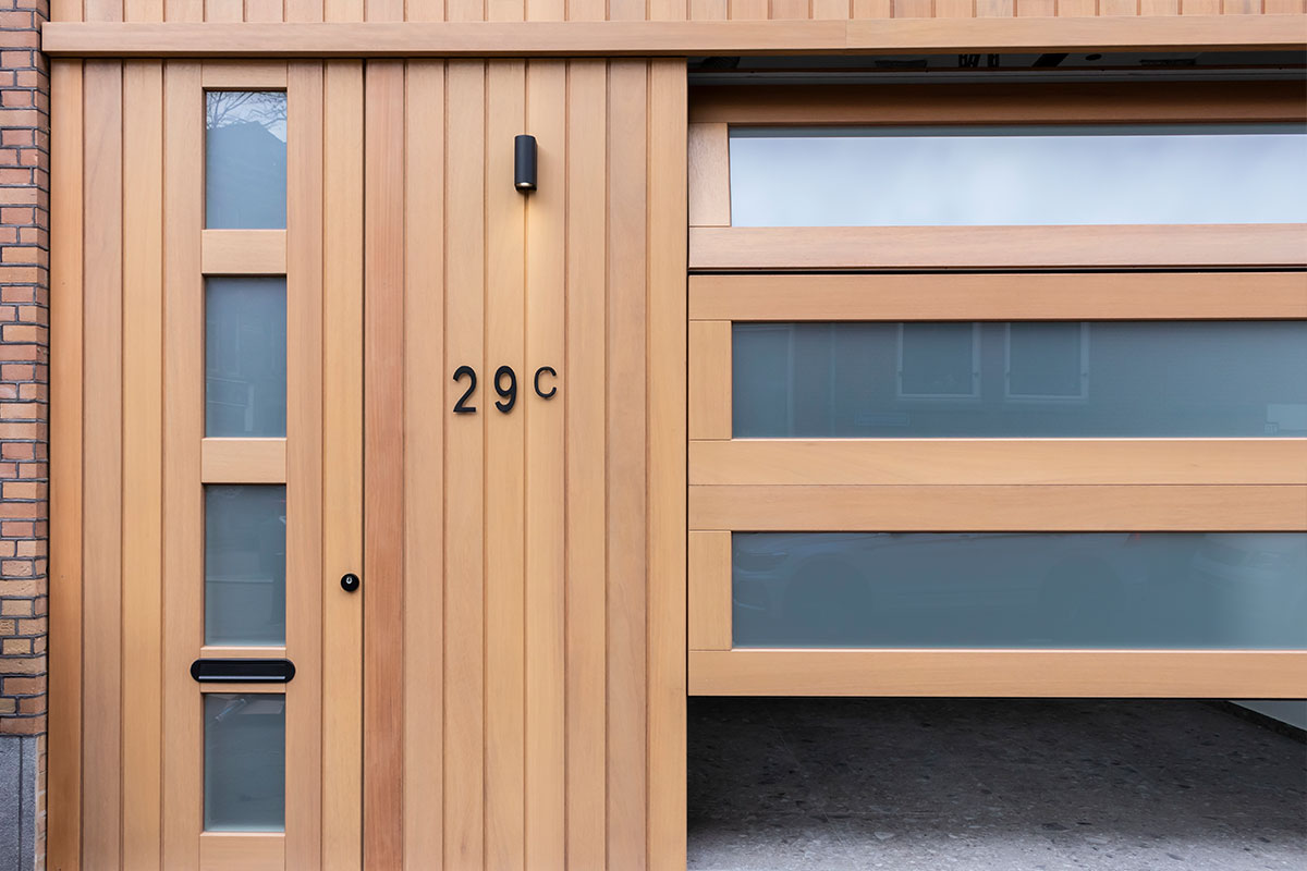 houten-sectionaaldeur-voorzien-van-glas
