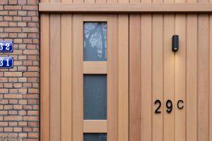 iroko-houten-sectionaaldeur-en-voordeur-met-glas