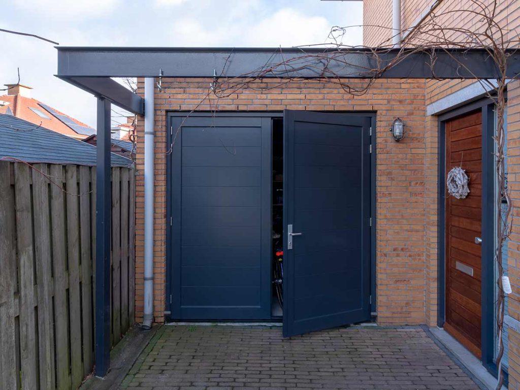 Horizontale belijning in de houten openslaande garagedeur