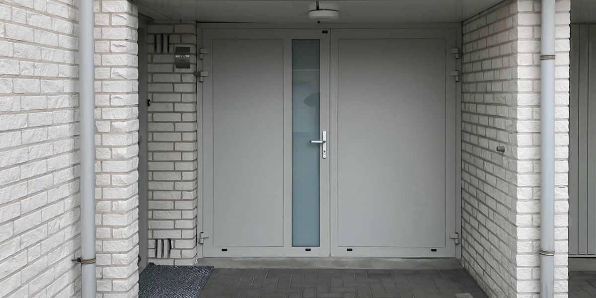lichtgrijze-openslaande-garagedeur
