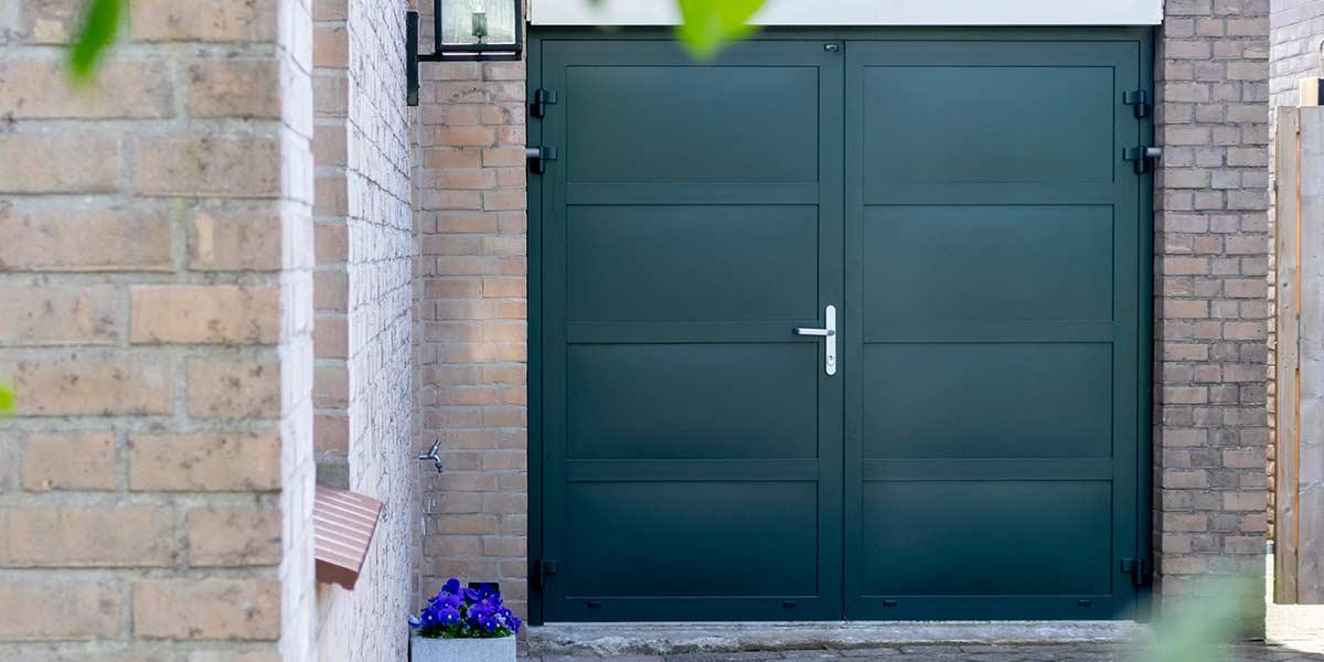 Groene-openslaande-garagedeur-onderhoudsvrij