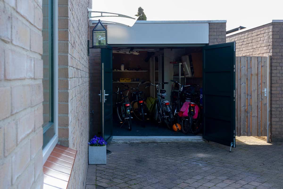 Groene-openslaande-garagedeur-geopend