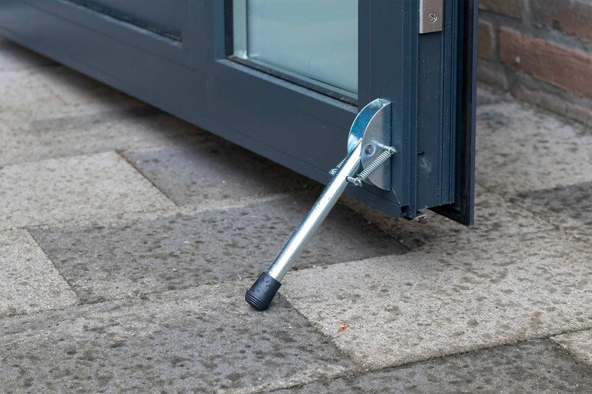 ral-7016-openslaande-garagedeur-met-melkglas