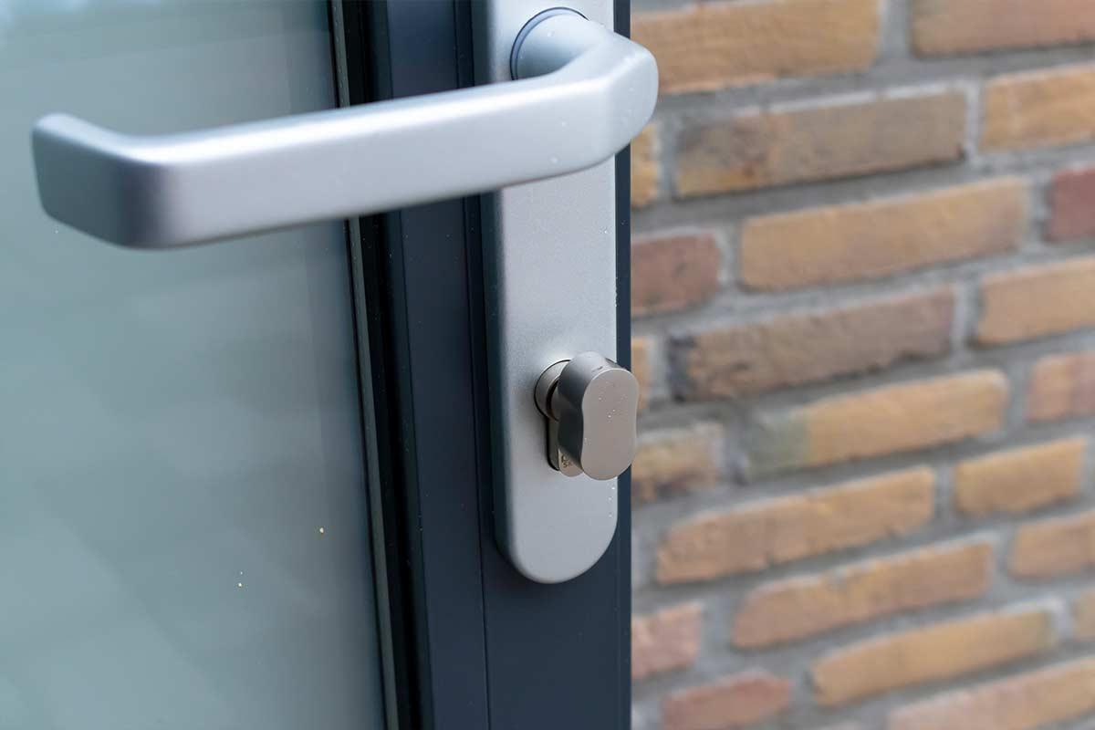 ral-7016-openslaande-garagedeur-met-melkglas-2