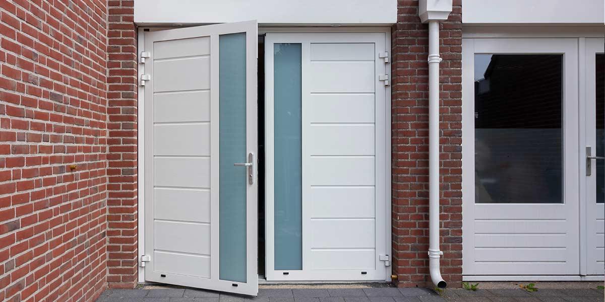 witte openslaande garagedeur