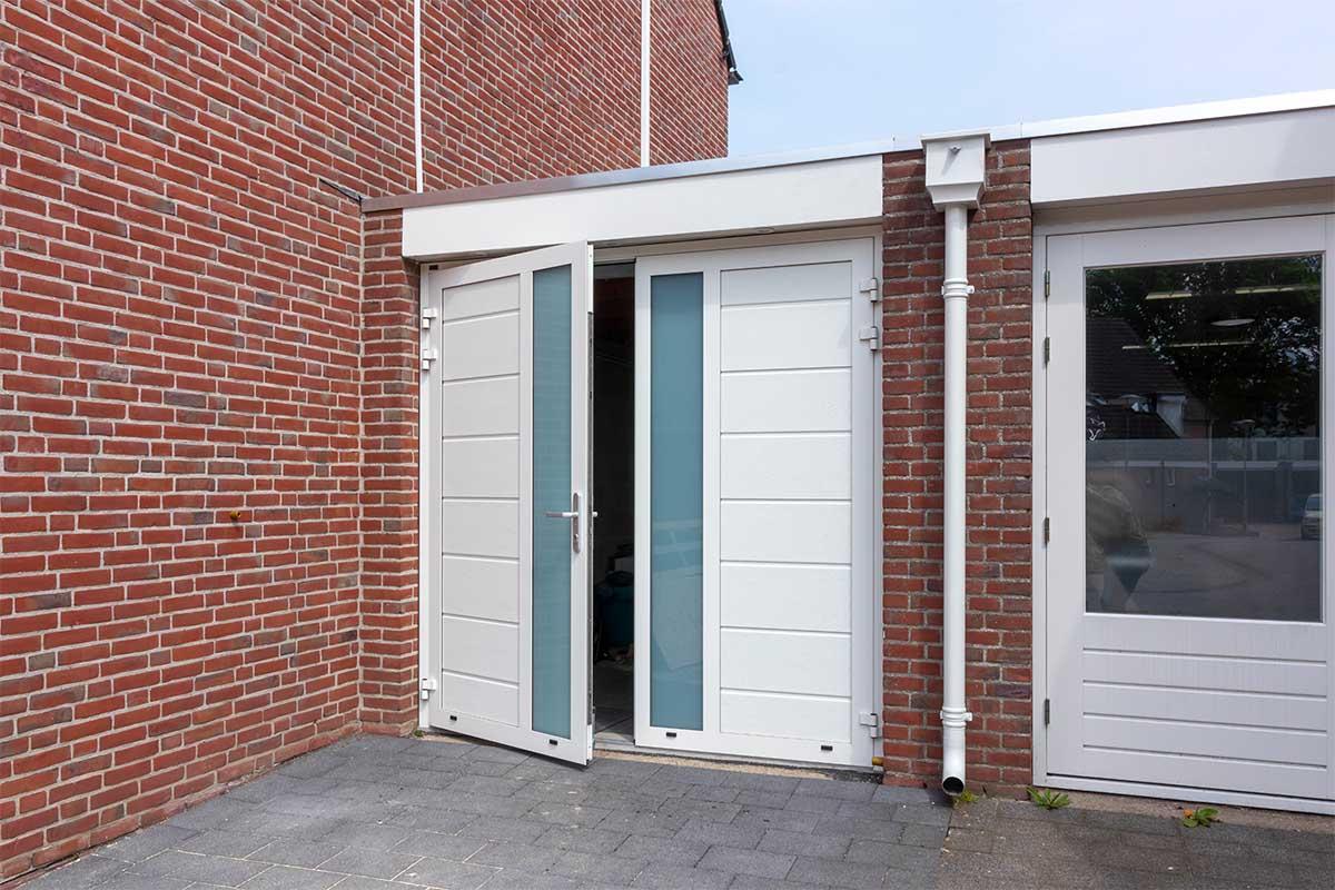 witte-openslaande-garagedeuren-verticaal-melkglas_00021
