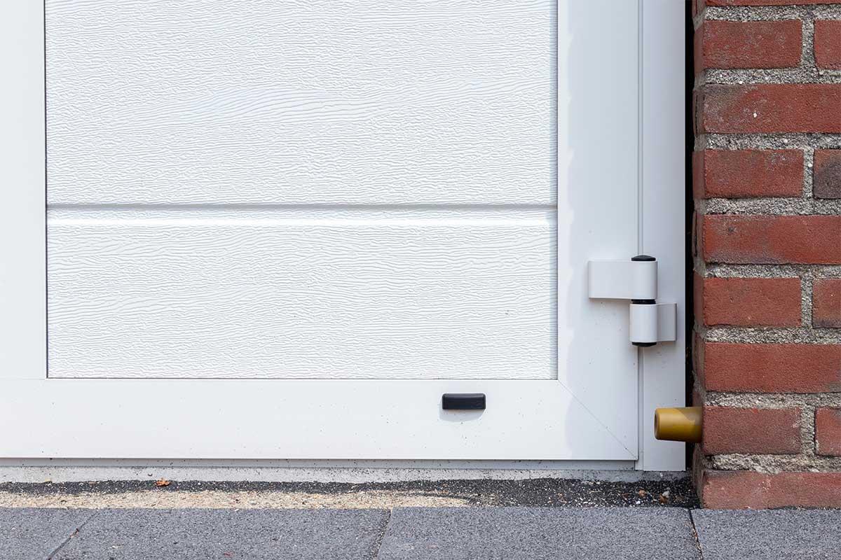 witte-openslaande-garagedeuren-verticaal-melkglas_0005