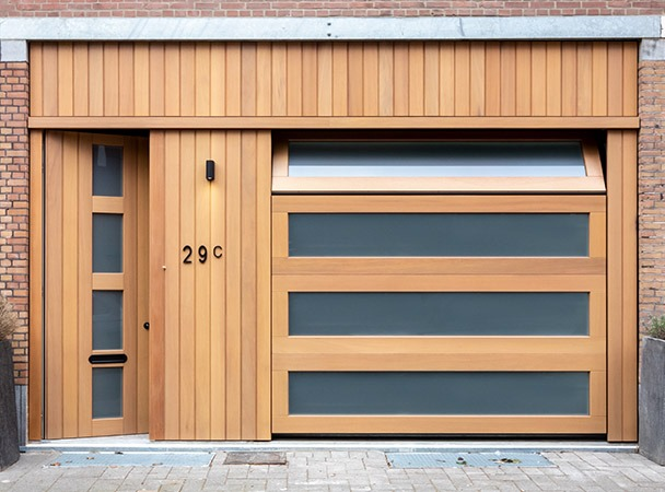 Automatische garagedeur met glas