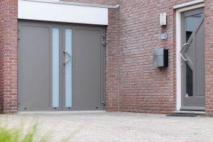 Moderne garagedeur en voordeur