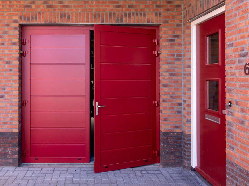 Rode openslaande garagedeur volledig geïsoleerd