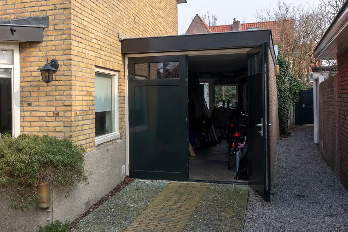 openslaande-garagedeur-van-hout-met-raamwerk