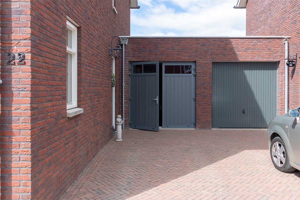 Nieuwe groene garagedeuren