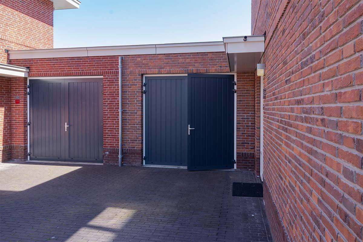 openslaande-garagedeur-verticale-belijning-blauw (10)