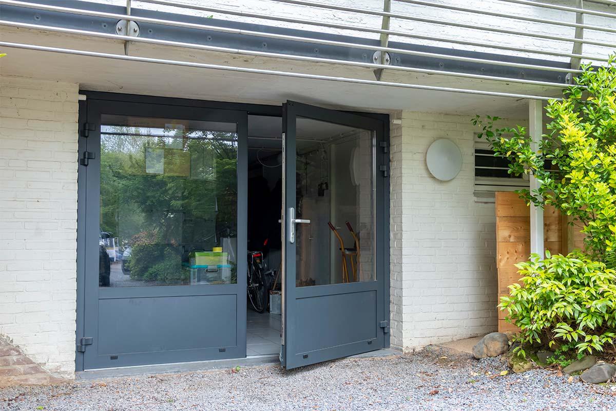 garagedeur met veel glas