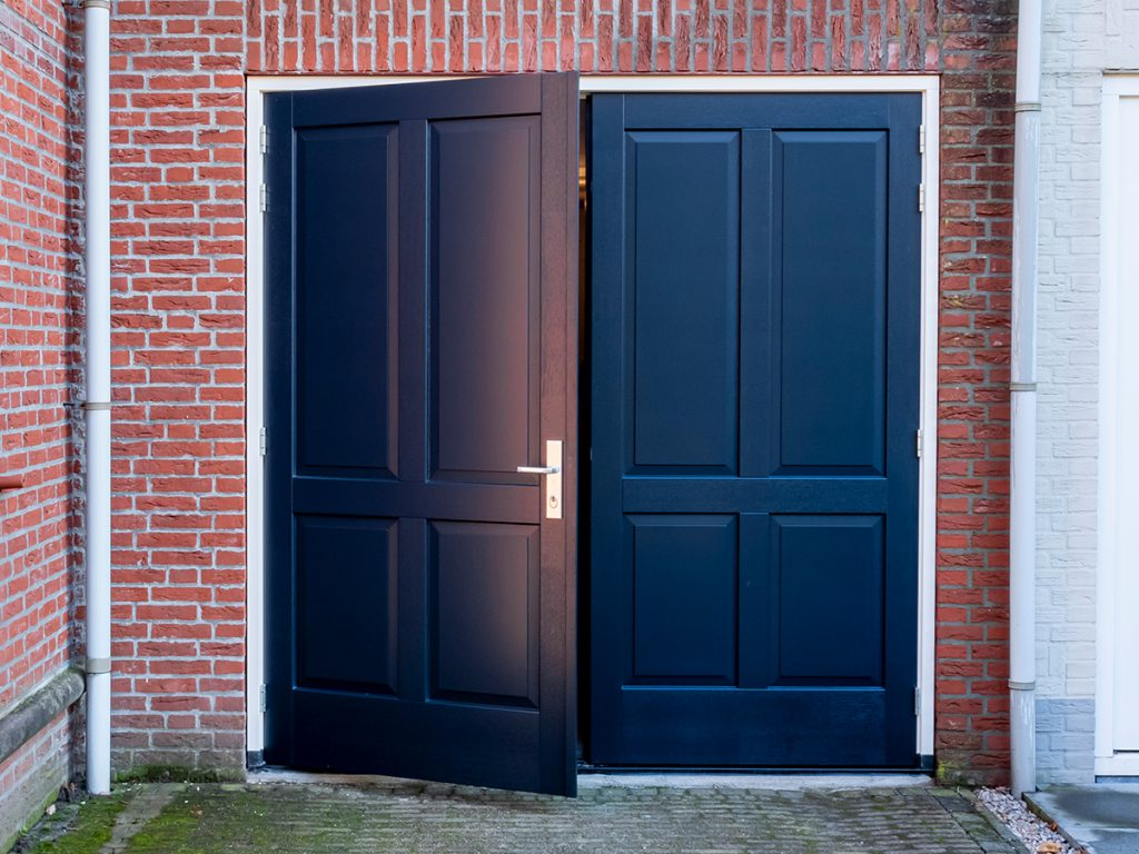 Openslaande garagedeur met sierlijsten