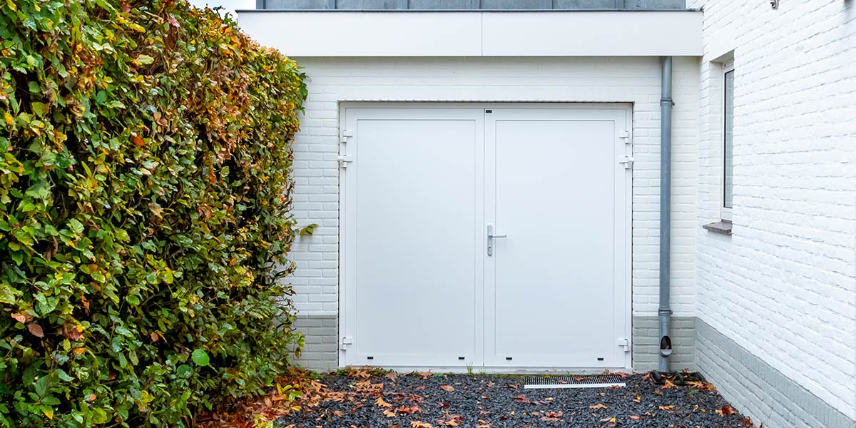 witte-openslaande-garagedeur-heeze
