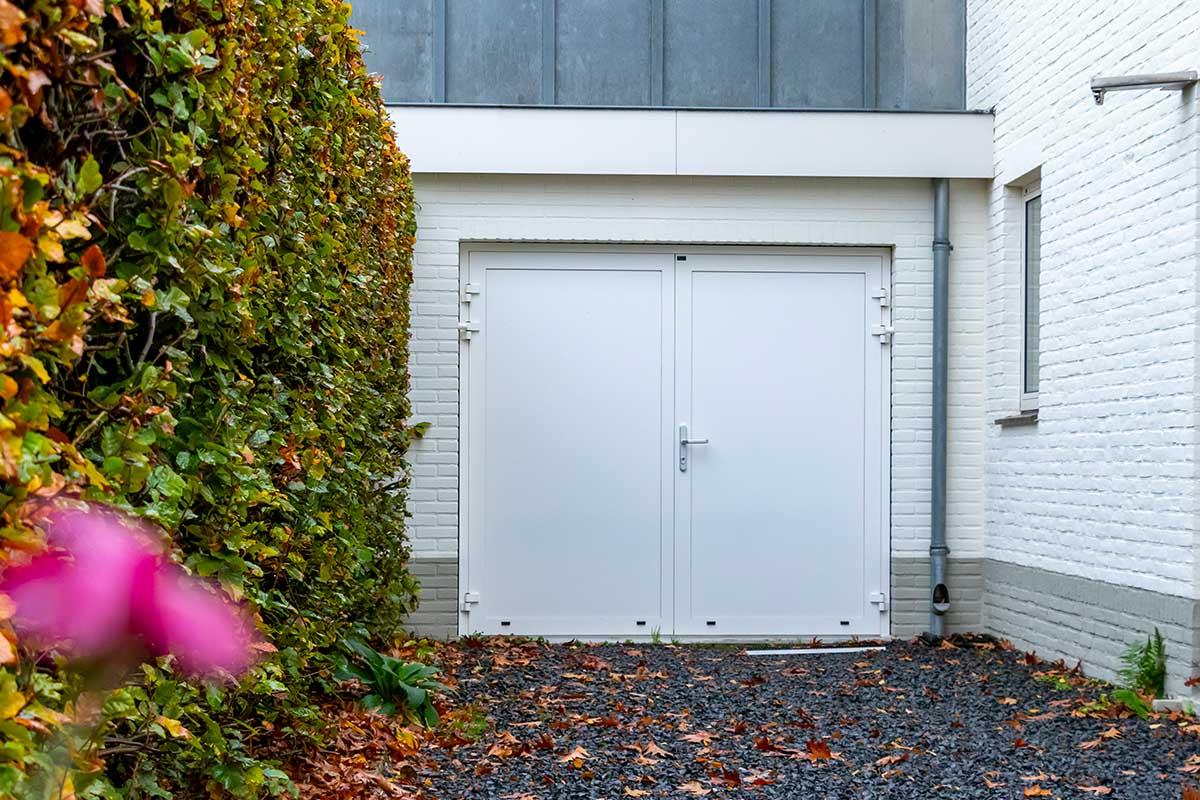 witte-openslaande-garagedeur-heeze (1)