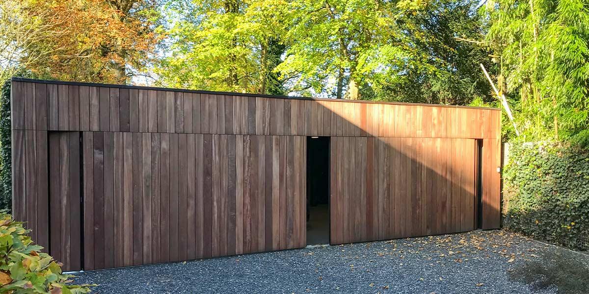 https://garagedeuren.s3.amazonaws.com/20191205111704/zijwaartse-houten-garagedeur-different-doors.jpg