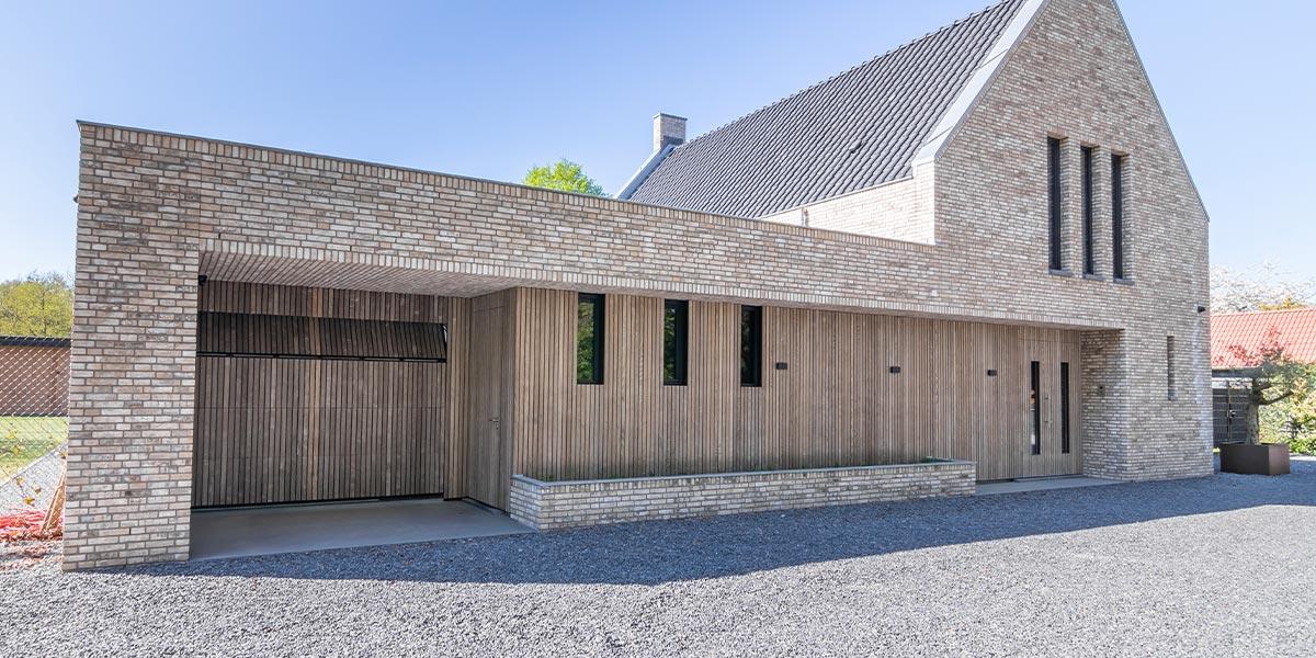 https://garagedeuren.s3.amazonaws.com/20200506115308/houten-garagedeur-vergrijsd-essen-1.jpg