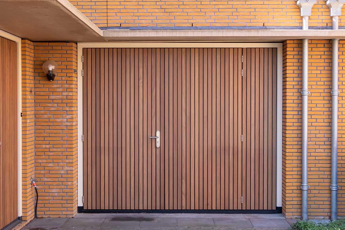 Verticale houten voordeur met houten openslaande garagedeur (1)