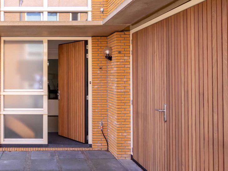 Verticale houten voordeur met garagedeur