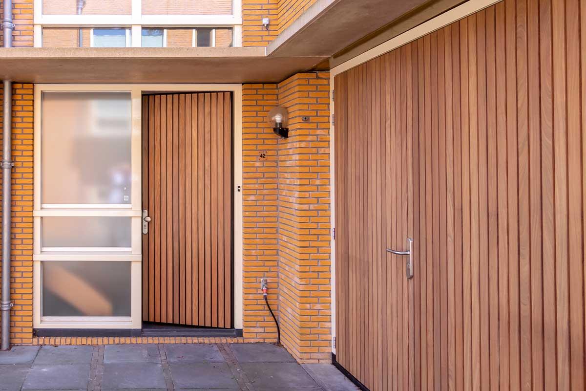 Verticale houten voordeur met houten openslaande garagedeur (4)