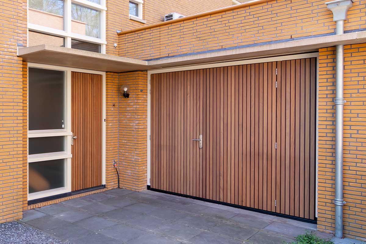 Verticale houten voordeur met houten openslaande garagedeur (5)