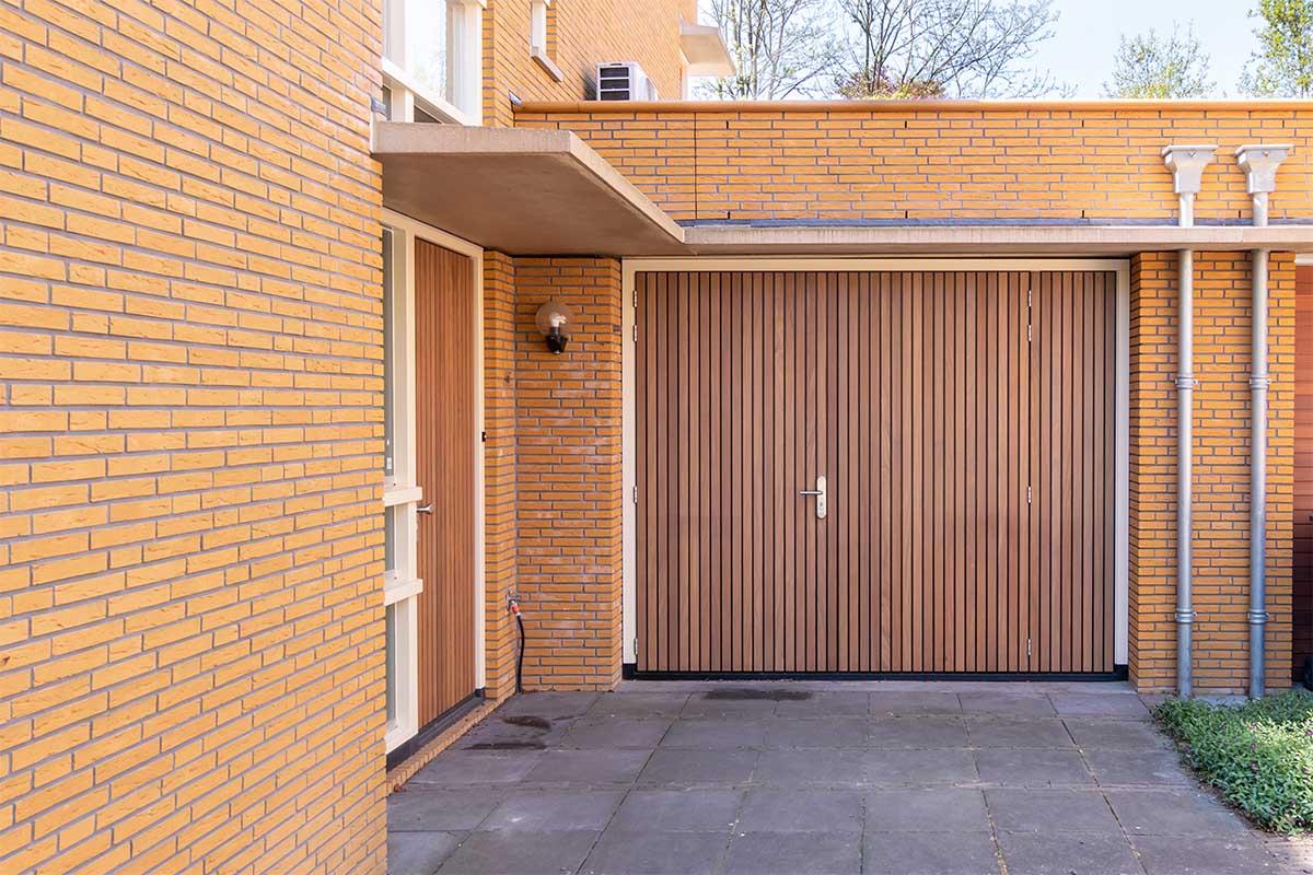 Verticale houten voordeur met houten openslaande garagedeur (6)