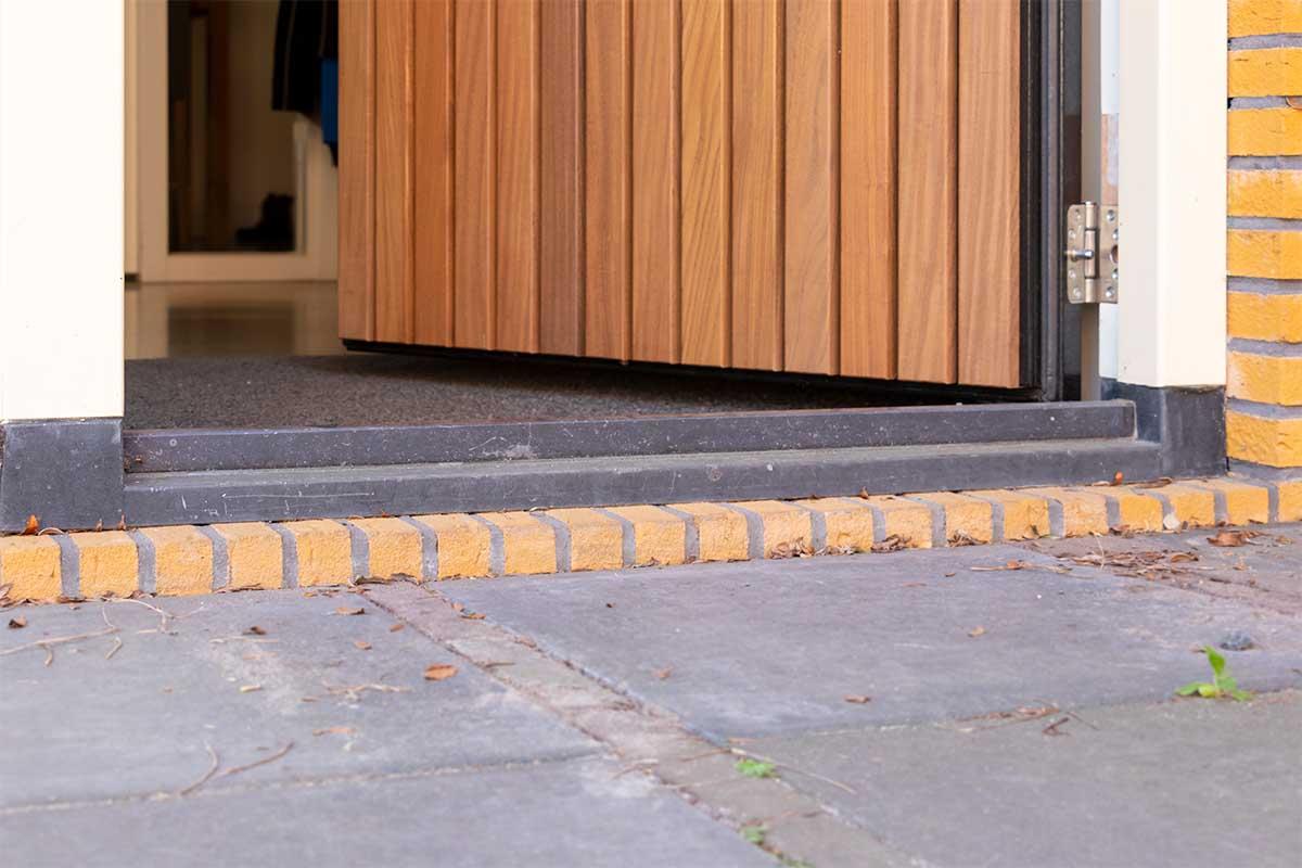 Verticale houten voordeur met houten openslaande garagedeur (9)