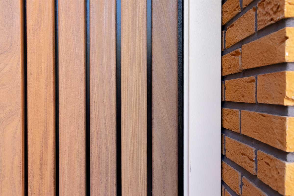 Verticale houten voordeur met houten openslaande garagedeur (11)