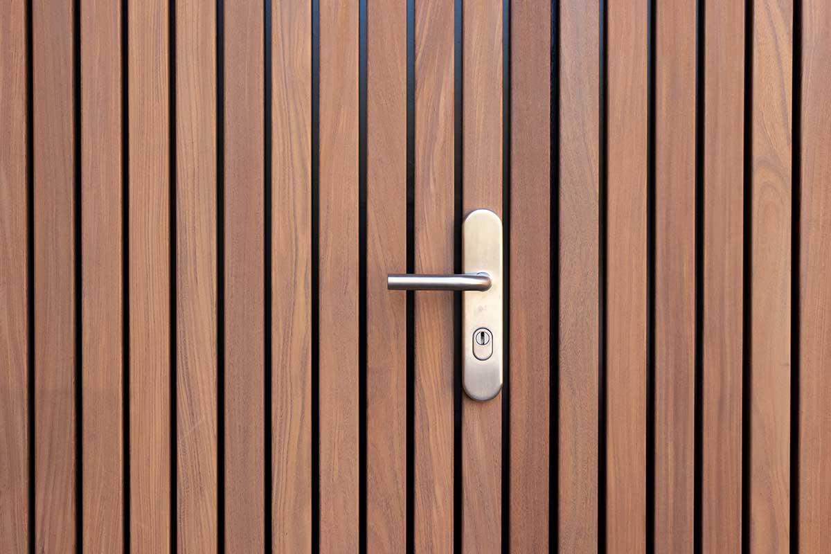 Verticale houten voordeur met houten openslaande garagedeur (12)