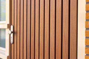 Verticale houten voordeur met houten openslaande garagedeur (8)