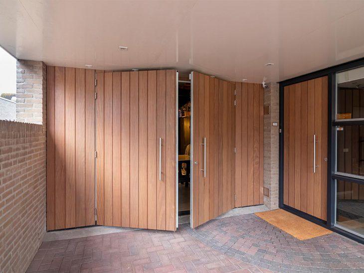 houten openslaande garagedeur en voordeur