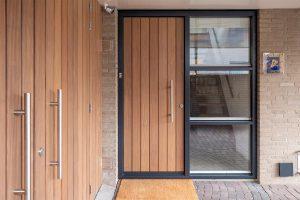 houten-voordeur-en-garagedeur