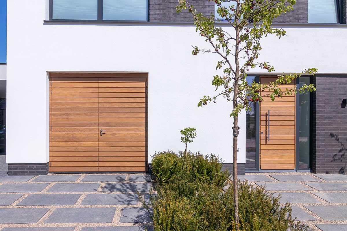 houten-garagedeur-en-voordeur (1)