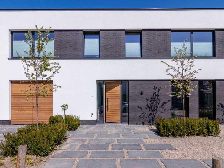 houten garagedeur en voordeur