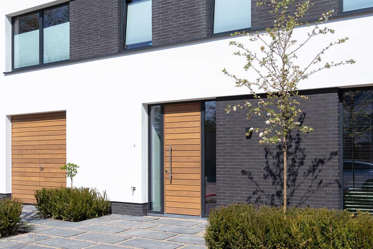 hardhouten garagedeur met voordeur
