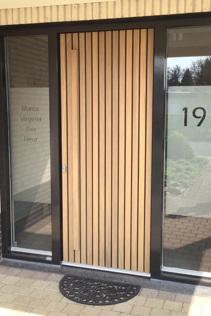verticale-houten-latten-voordeur