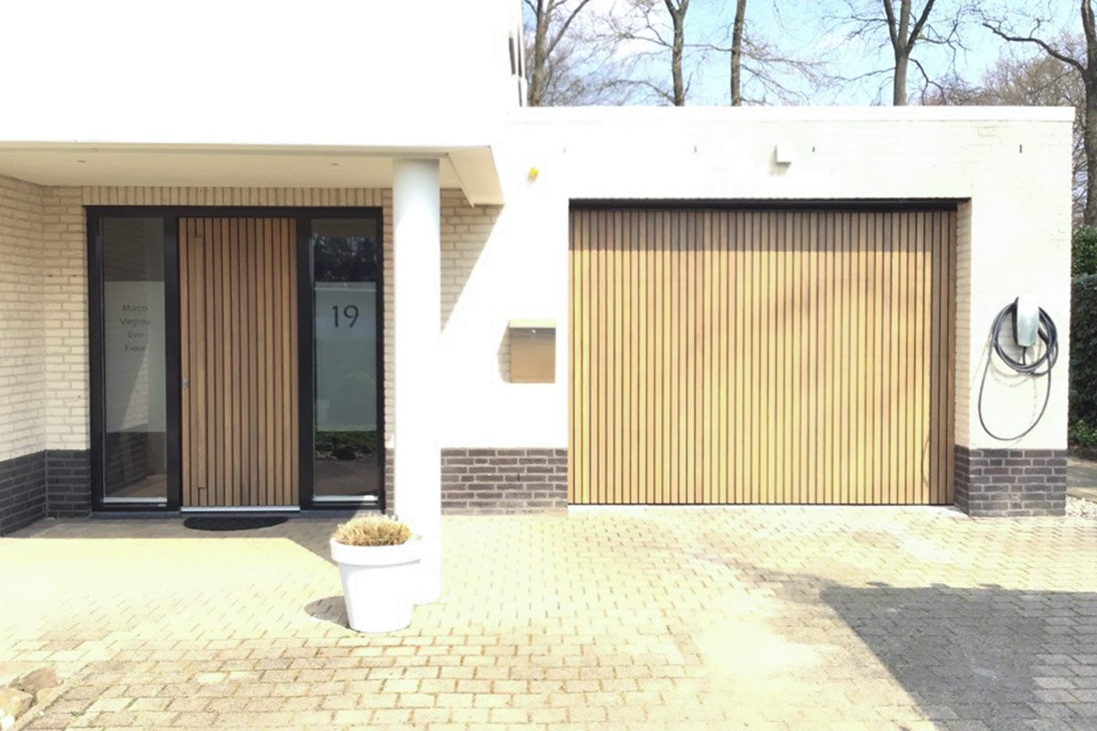 verticale-houten-latten-voordeur-en-garagedeur