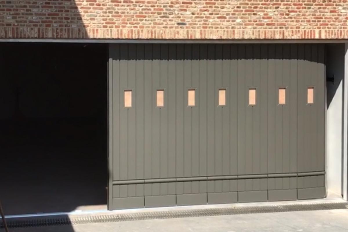 klassieke-stijl-houten-zijwaartse-garagedeur