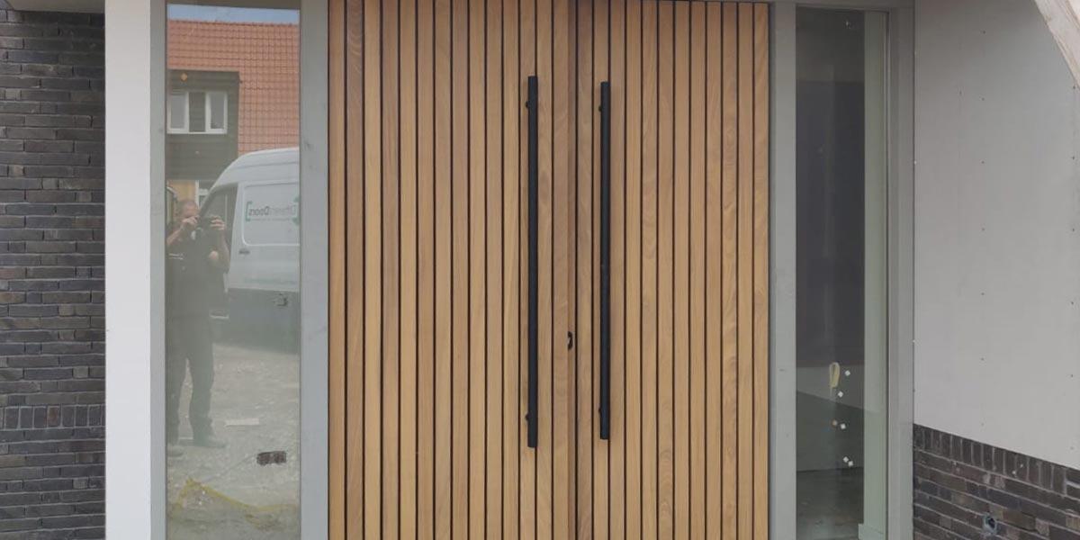 https://garagedeuren.s3.amazonaws.com/20200720110952/houten-voordeur-dubbel.jpg